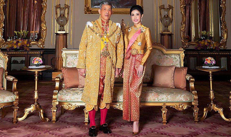 Le roi Maha Vajiralongkorn, Rama X de Thaïlande, avec sa concubine, Sineenat Wongvajirapakdi, en août 2019.